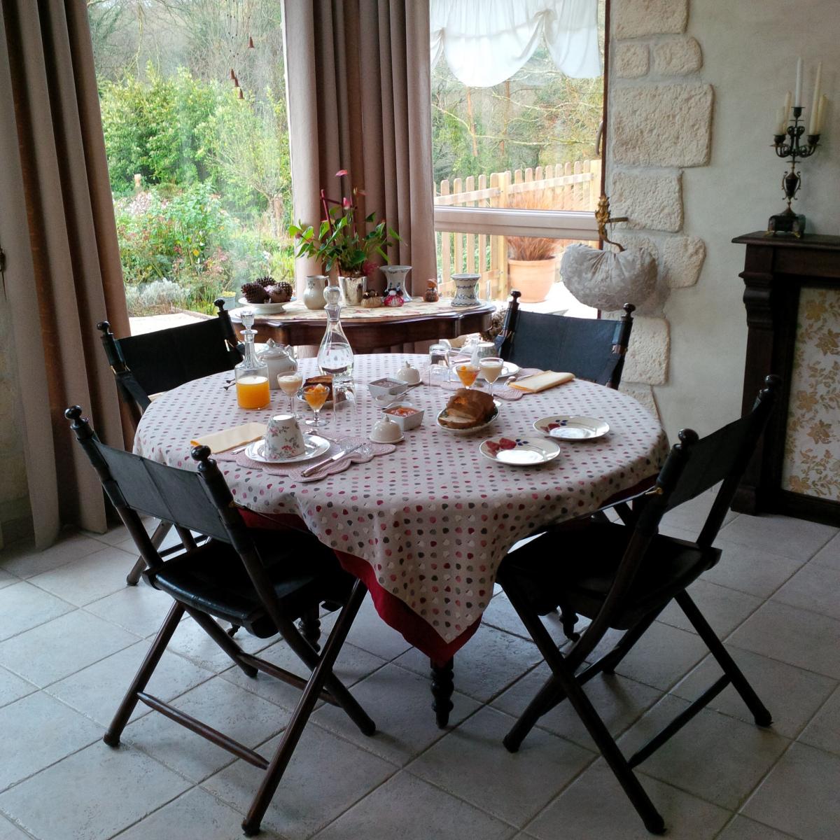 Demeure-de-la-Vendemiere-decor-2-petit-dejeuner-table-dhotes-avril-2016